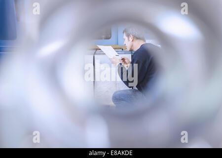 Ingénieur travaillant dans l'ingénierie de précision CNC Banque D'Images