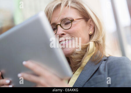 Young businesswoman using digital tablet Banque D'Images