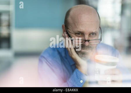 Mature businessman wearing glasses with coffee Banque D'Images