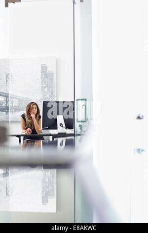 Young woman working in office Banque D'Images