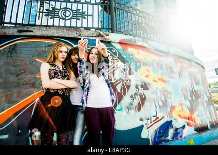 Prise murale selfies, amis en arrière-plan Banque D'Images