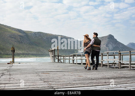 Jeune couple se promener le long de l'ancienne jetée, Cape Town, Western Cape, Afrique du Sud Banque D'Images