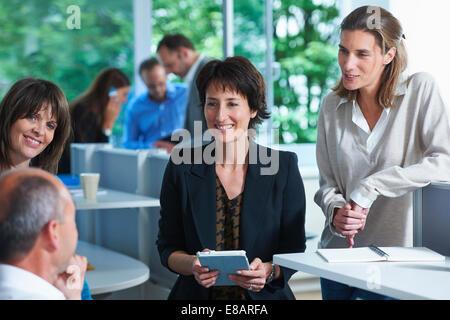 Avoir des collègues de bureau en réunion informelle Banque D'Images