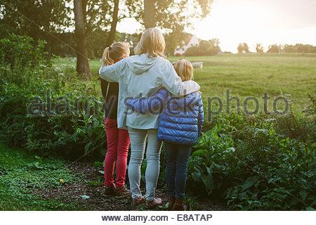 Grand-mère et petites-filles à la recherche sur le terrain Banque D'Images