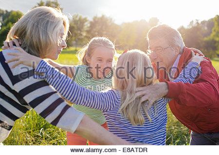 Les grands-parents et les petites-filles de huddle Banque D'Images