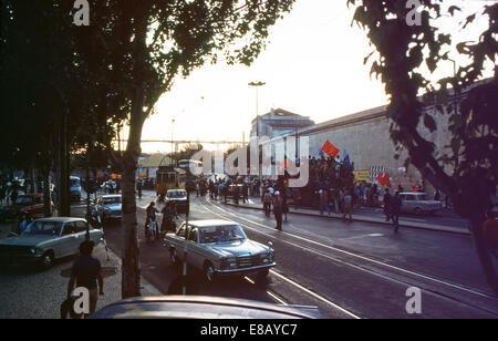 Les gens qui manifestaient dans la rue, arrêter le trafic et les trams pendant la révolution portugaise Lisbonne Banque D'Images