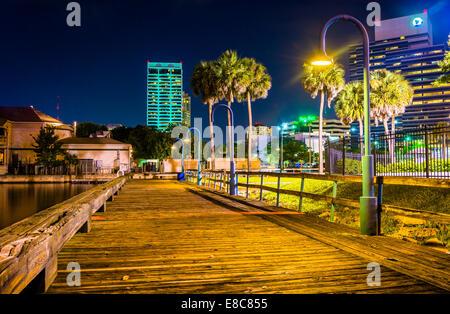 Pier et bâtiments la nuit à Jacksonville, en Floride.