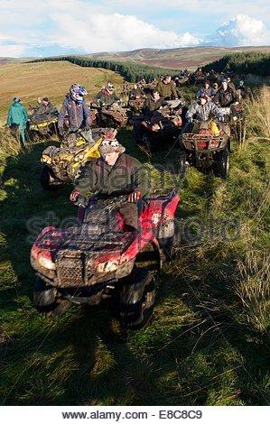 Quadeurs profitez de la liberté de la Cheviot Hills tandis que dehors sur un fun ride sur une après-midi d'automne. Banque D'Images