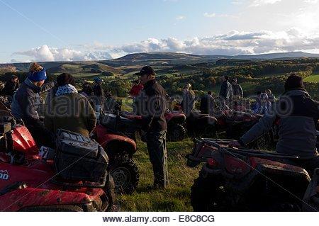 Quadeurs prendre une pause tandis que dehors sur un fun ride à travers près de Edgerston dans les Scottish Borders. Banque D'Images