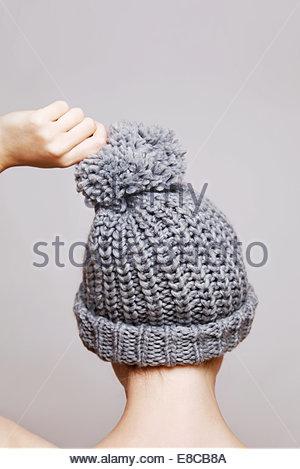 Woman wearing woolen hat Banque D'Images