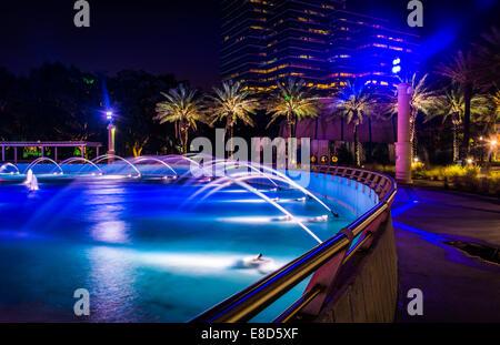 L'amitié fontaines et bâtiments de nuit à Jacksonville, en Floride.