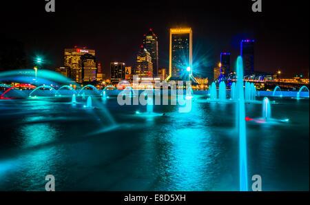 L'Amitié Fontaines et vue sur la skyline at night de Jacksonville, Floride.