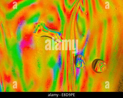 Les gouttelettes d'eau microscopiques à l'intérieur d'une bouteille d'eau en plastique, avec lumière réfractant Banque D'Images