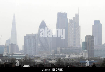 Londres reconnaissables sont enveloppés dans une épaisse couche de smog qui a recouvert la ville depuis quelques Banque D'Images