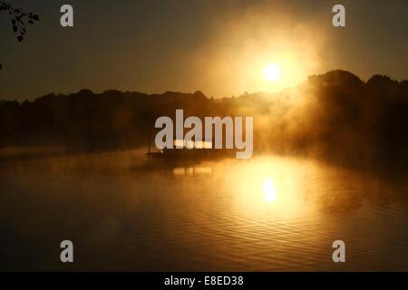 Peterborough (Cambridgeshire, Angleterre. 5 octobre, 2014. Un bateau, c'est illuminé par le soleil comme brume matinale Banque D'Images