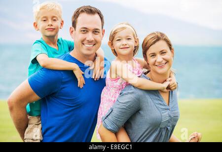 Portrait de famille heureuse de quatre à l'extérieur Banque D'Images
