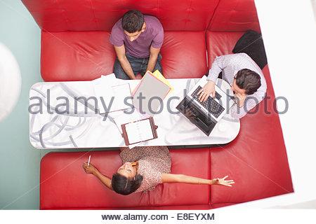 Les gens assis sur le stand d'une réunion Banque D'Images