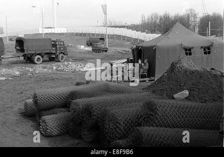 Les forces des frontières de la RDA s'asseoir à l'extérieur de leur tente à la frontière à Berlin Est, RDA, 13 novembre Banque D'Images