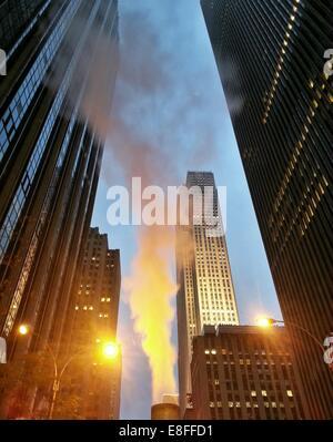 USA, l'État de New York, New York City, la vapeur augmente à Rockefeller Center Banque D'Images