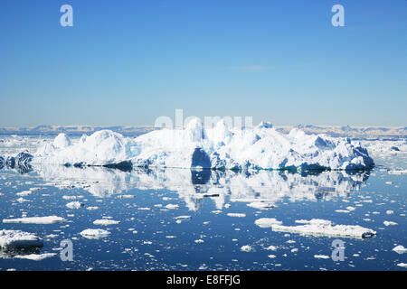 Icebergs flottant dans la baie de Disko, Ilulissat, Groenland