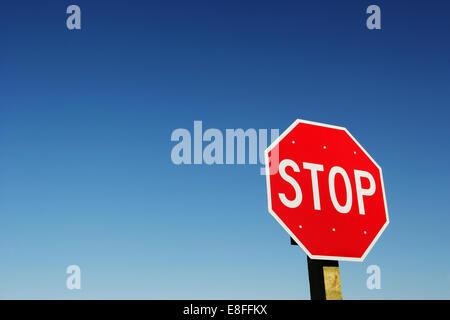 Panneau d'arrêt contre le ciel clair Banque D'Images