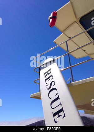 Sauvetage planche de surf se penchant contre une tour de maître-nageur sur la plage, Californie, États-Unis Banque D'Images