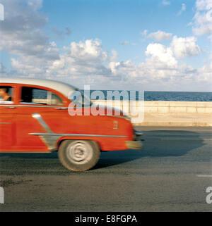 Vintage car conduisant le long du Malecon, La Havane, Cuba Banque D'Images