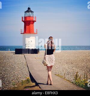 Woman photographing phare, Île de Man, en Angleterre, Royaume-Uni