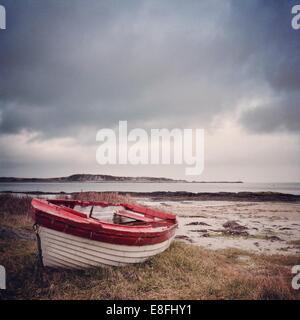 Royaume-uni, Ecosse, Hébrides intérieures, Jura, bateau rouge et blanc sur l'herbe Banque D'Images