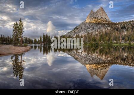 États-unis, Californie, Yosemite National Park, l'après-midi les reflets dans le lac de la Cathédrale Banque D'Images