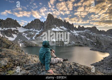 Vue arrière de l'homme à la montagne, à l'Inyo National Forest, Californie, Amérique, USA Banque D'Images