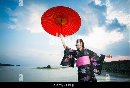 Le Japon, Okinawa, heureuse femme japonaise en kimono
