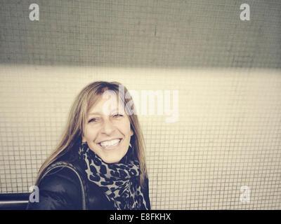 London, UK Smiling Woman Portrait Banque D'Images