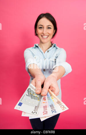 Woman Holding Euro Note Banque D'Images