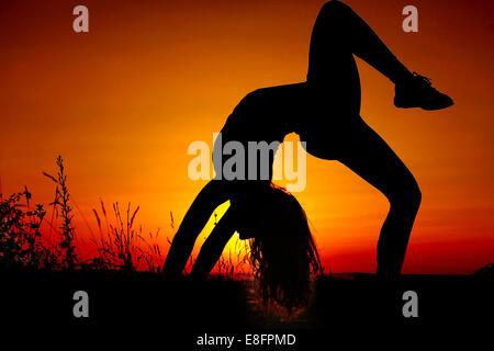 Girl (11-12) doing gymnastics Banque D'Images