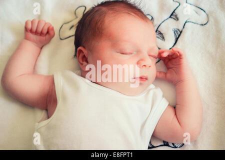 Vue de dessus de bébé nouveau-né garçon endormi Banque D'Images