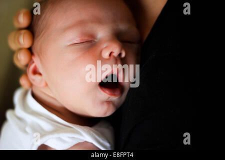 Mother holding newborn baby boy Banque D'Images