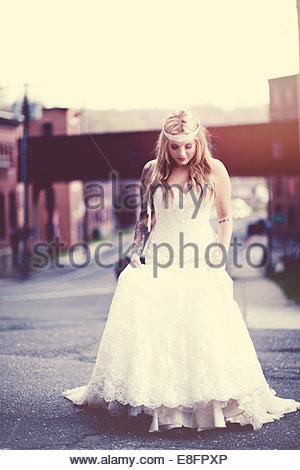 Bride standing in street Banque D'Images