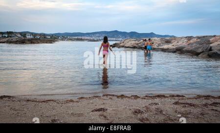 Trois enfants jouant dans l'océan, sur la plage, Barcelone, Espagne Banque D'Images