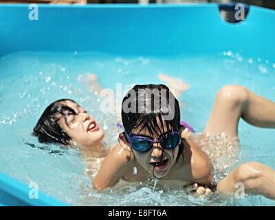 Deux garçons jouant dans la piscine