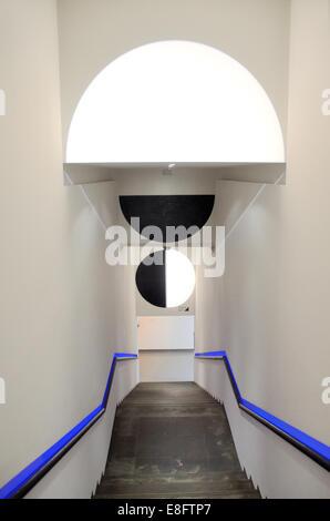 Escalier intérieur moderne ou moderniste du Musée d'Art Moderne ou MAMAC NICE Alpes-Maritimes France Banque D'Images