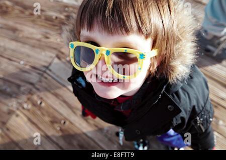 Baby Boy (18-23 mois) s'amusant à la pente de ski