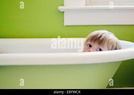 Portrait d'un garçon ayant un bain Banque D'Images