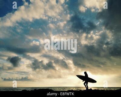 USA, Floride, comté de Duval, Silhouette de femme surfer Banque D'Images