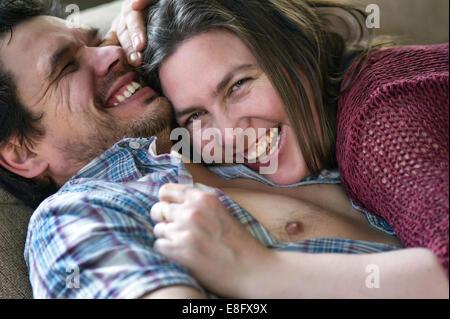 Avis de couple cuddling Banque D'Images