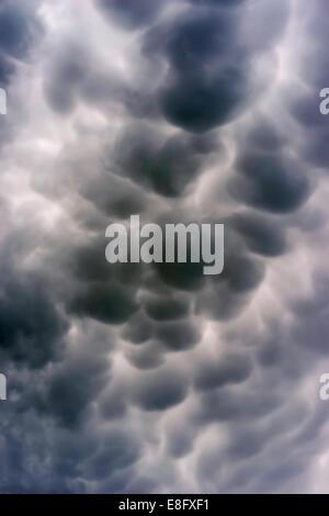 Gros plan des nuages de mammatus gris, Illinois, États-Unis