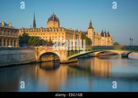 La lumière du soleil tôt le matin sur la Conciergerie, Pont Notre Dame, et les bâtiments de l'île de la Cité, Paris, Banque D'Images
