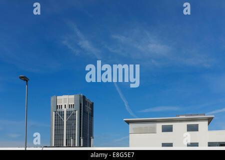 Tour de ville de Blackburn contre un ciel bleu. Banque D'Images