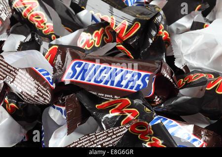 Tambov, Fédération de Russie - 02 septembre, 2012 vide de bonbons de Snickers et Mars friandises minis heap. Banque D'Images