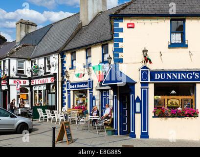 Un café, un bar et des boutiques sur l'Octogone t dans le centre-ville, Westport, Comté de Mayo, République d'Irlande Banque D'Images